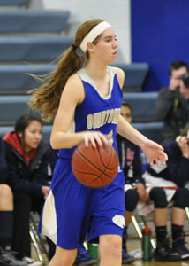 Junior Anna Edel looks for a pass