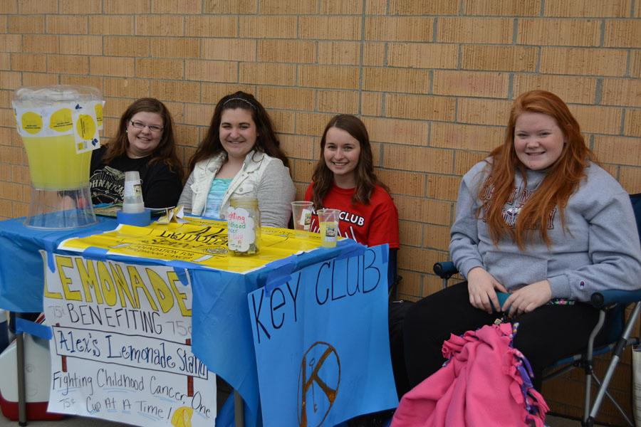 Juniors+Laken++Weatherley%2C+Mary+Biegert%2C+Lindsey+Neubauer+and+Jessica+Sawyer+sell+lemonade+for+Key+Club