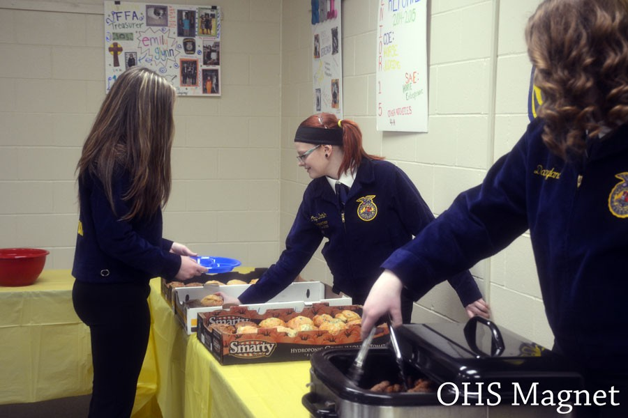 Senior+Emily+Dahlin+serves+muffins+at+the+FFA+Appreciation+breakfast