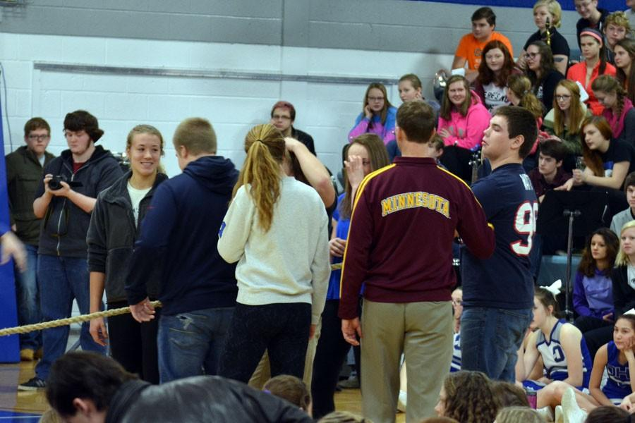 The sophomore class tug of war participants