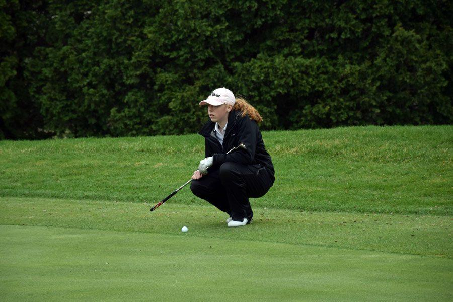 Sophomore Grace Pick lining up her putt