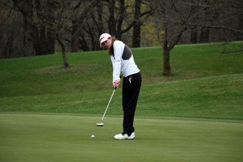 Tori Urch putting for the Huskies