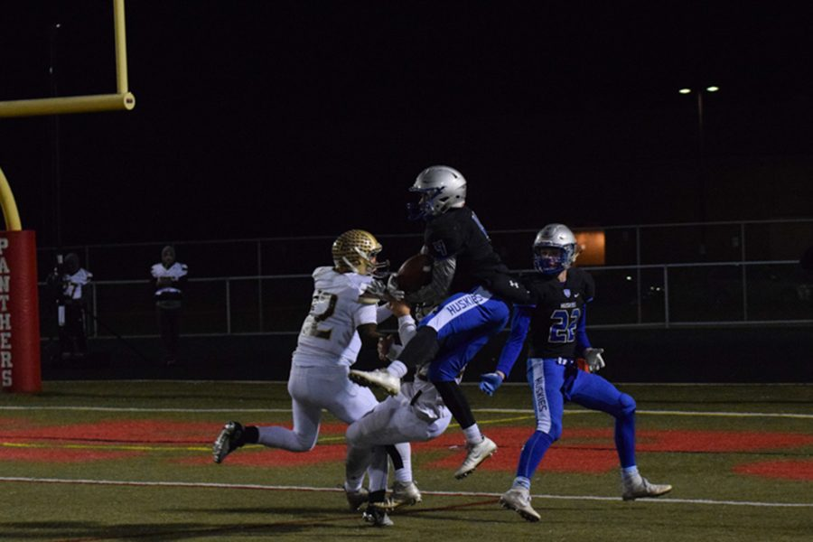Alex Raichle (4) receives a pass from Abe Havelka (3) to bring the Huskies into the end-zone with seconds left