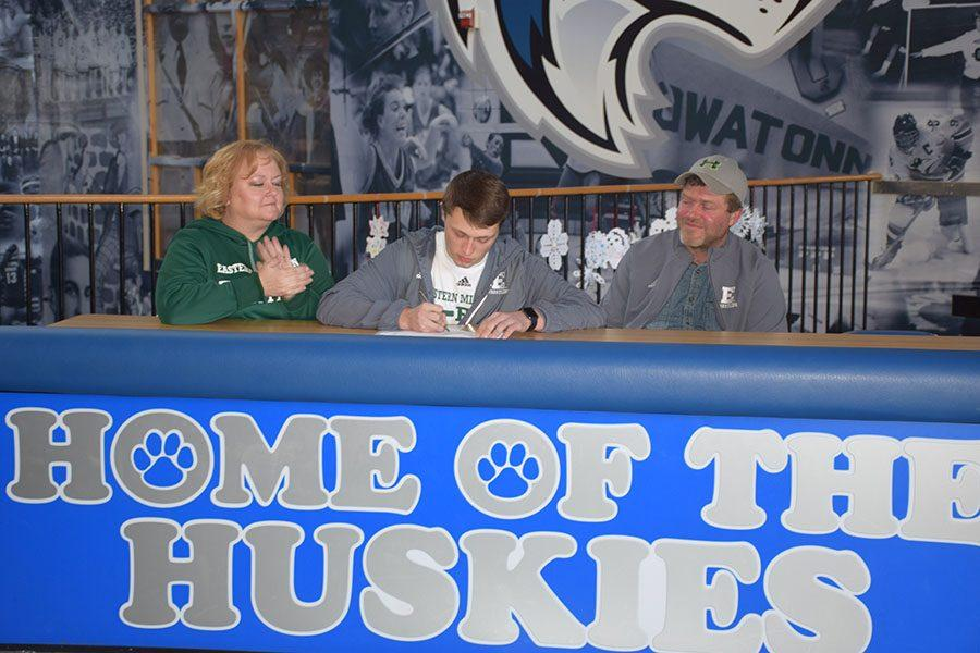 Senior wrestler Brandon Moen signing with Eastern Michigan University