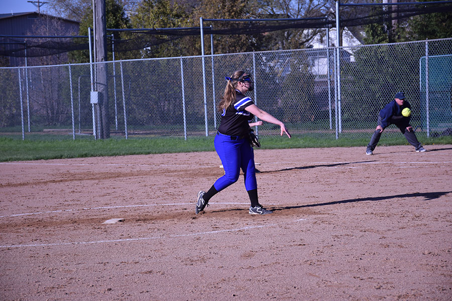 Junior Alexa Sommers pitching
