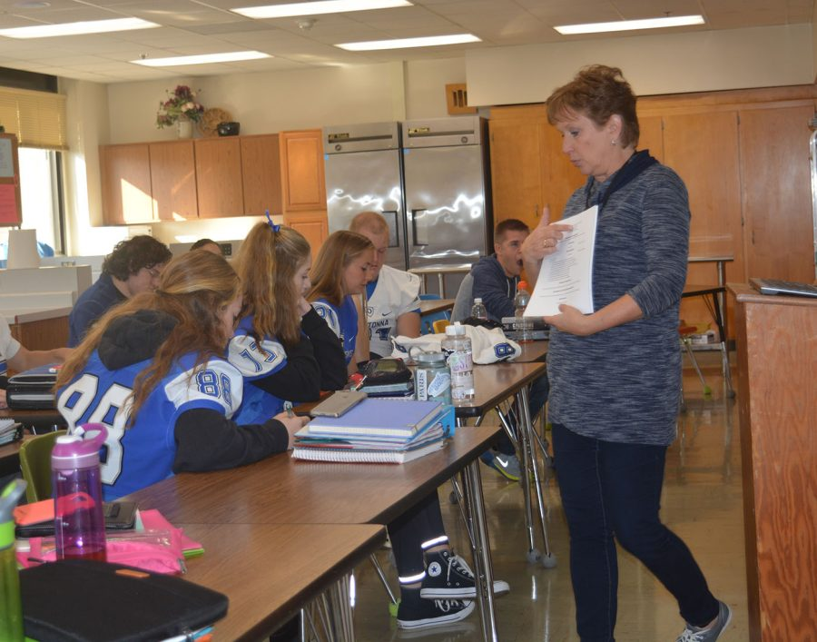 Mrs. Jackie Getting explains resume writing during a Academic Support session for seniors