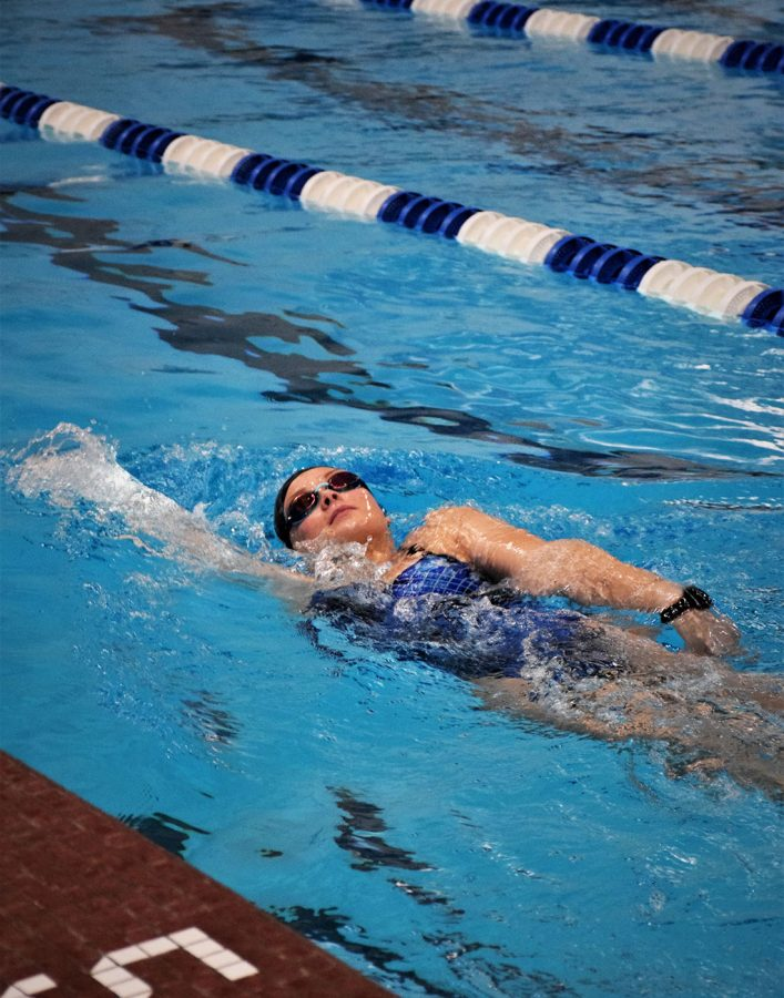 Senior Erica Svenby swimming backstroke