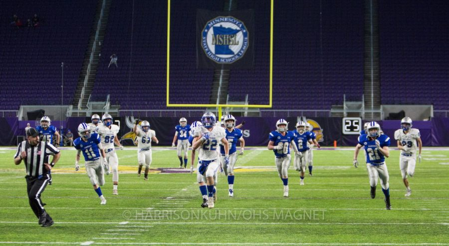 Jason Williamson leads the Huskies down the field to another tuchdown