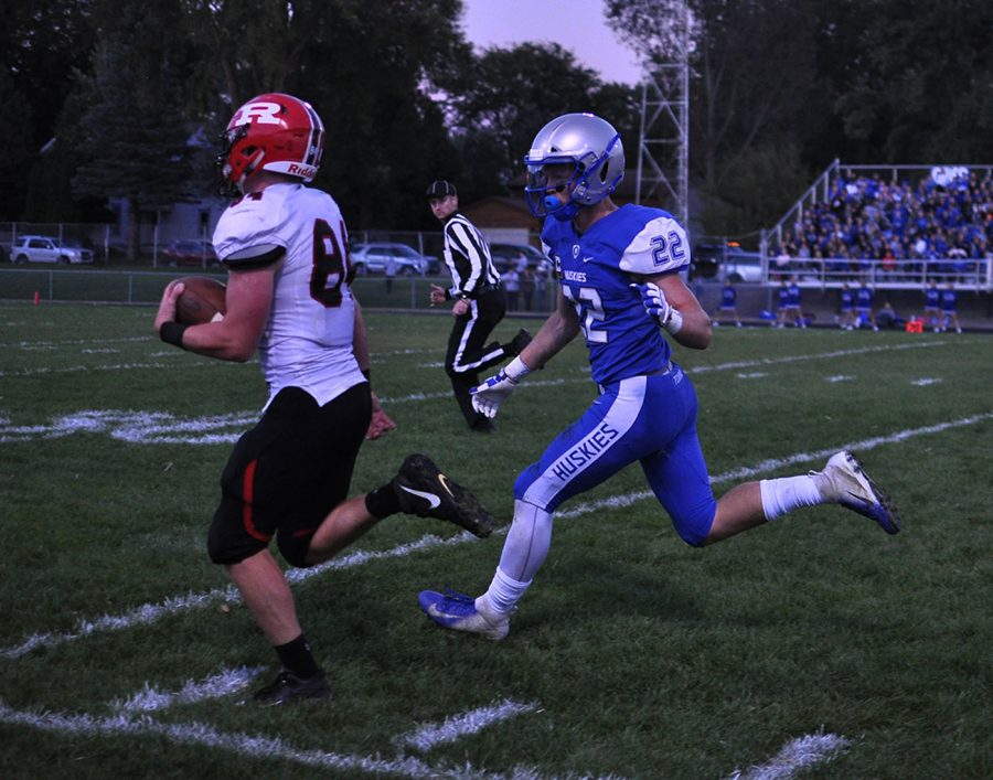 Jason Williamson runs to make a tackle