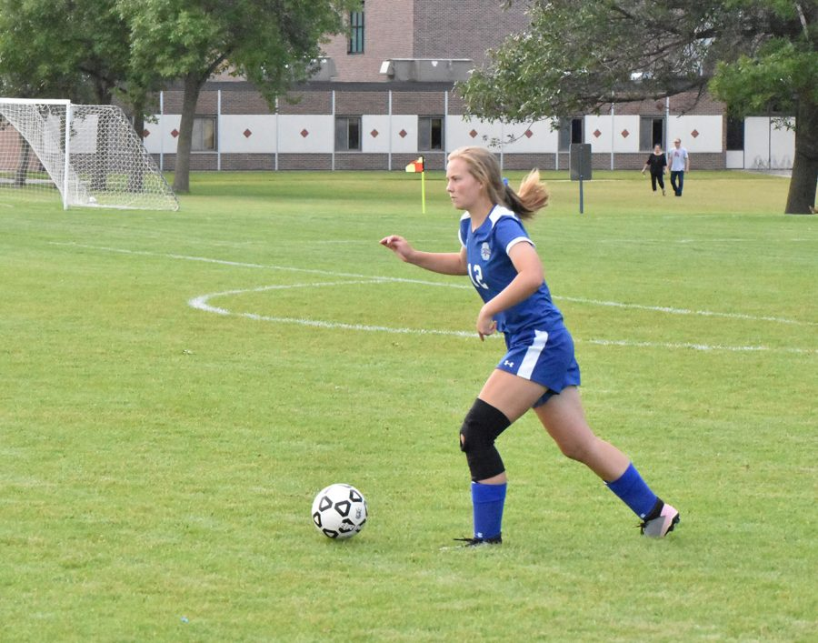 Junior Sarah Kingland dribbling the ball up the field