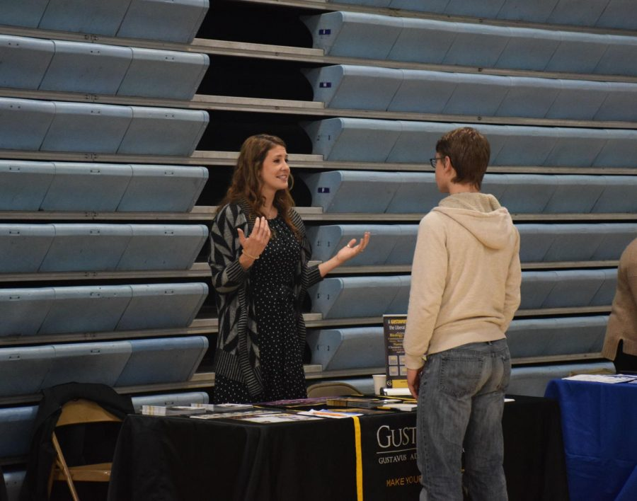 A+representative+from+Gustavus+talks+with+a+student