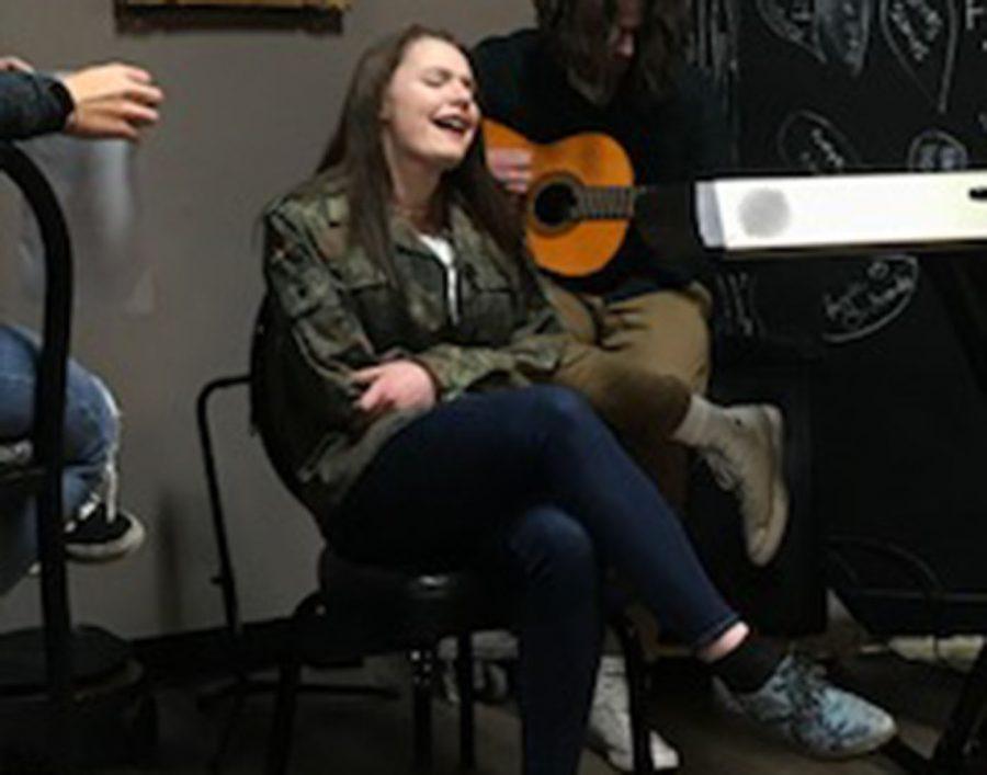 Senior Rhianna Sarac singing at the Art Splash