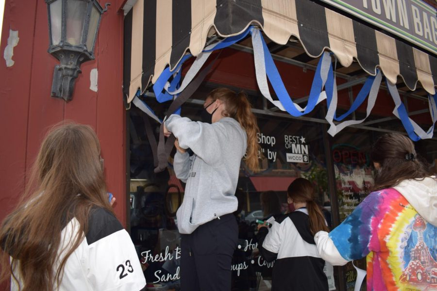 Girls soccer decorating Old Town Bagels for the reverse parade