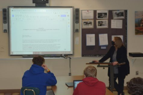 Ms. Wagner teaching OHS Magnet on how to edit articles