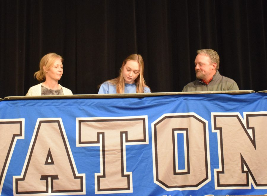 Sydney Hunst signs to play Division III hockey at College of St. Benedict