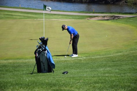 Sam Snitker lines up the putt